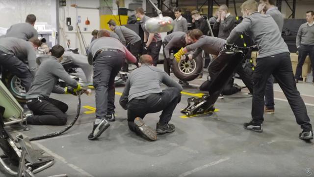 La Mercedes mostra il primo pit stop con le nuove gomme Pirelli