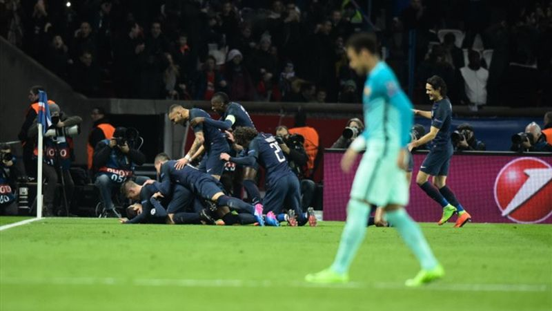 Les joueurs parisiens célèbrent devant Neymar, lors de PSG-Barça 2017