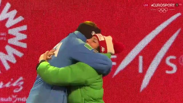 Sofia Goggia riceve la medaglia di bronzo: il primo abbraccio è per Federica Brignone