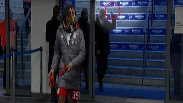 Bundesliga: Carlo Ancelotti indagato dopo il dito medio ai tifosi