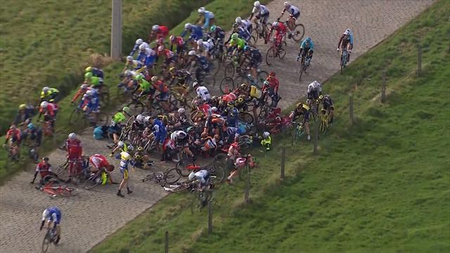 Велогонщики устроили жуткий массовый завал, который страшнее, чем в кино