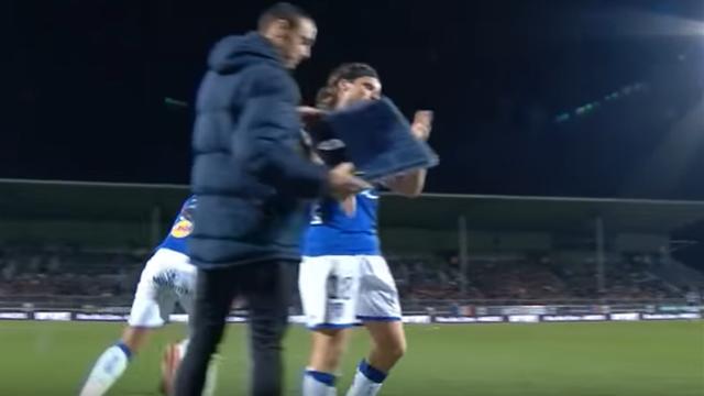 Французского футболиста удалили споля завыбитое изрук судьи табло