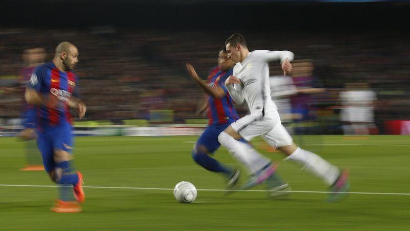 Julian Draxler tente de prendre de vitesse la défense de Barcelone