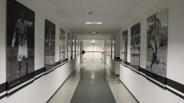 Juventus-Milan, imbrattati gli scudetti: