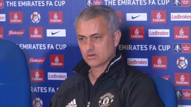 """""""C'est bien que je me sois contrôlé..."""" : Mourinho ironise sur le carton rouge d'Herrera"""