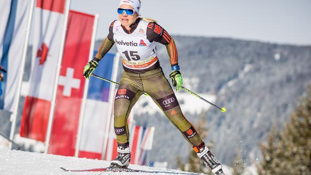Skilangläuferin Ringwald hält deutsche Fahne hoch