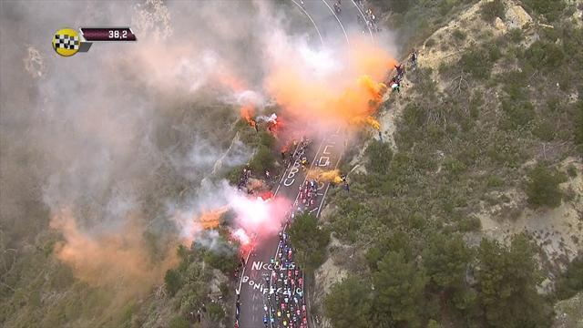 Любители велоспорта превратились в футбольных фанатов и устроили файер-шоу на гонке Милан – Сан-Ремо
