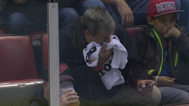 Защитник «Колорадо» отправил шайбу в маленькое отверстие для камеры и разбил лицо болельщику