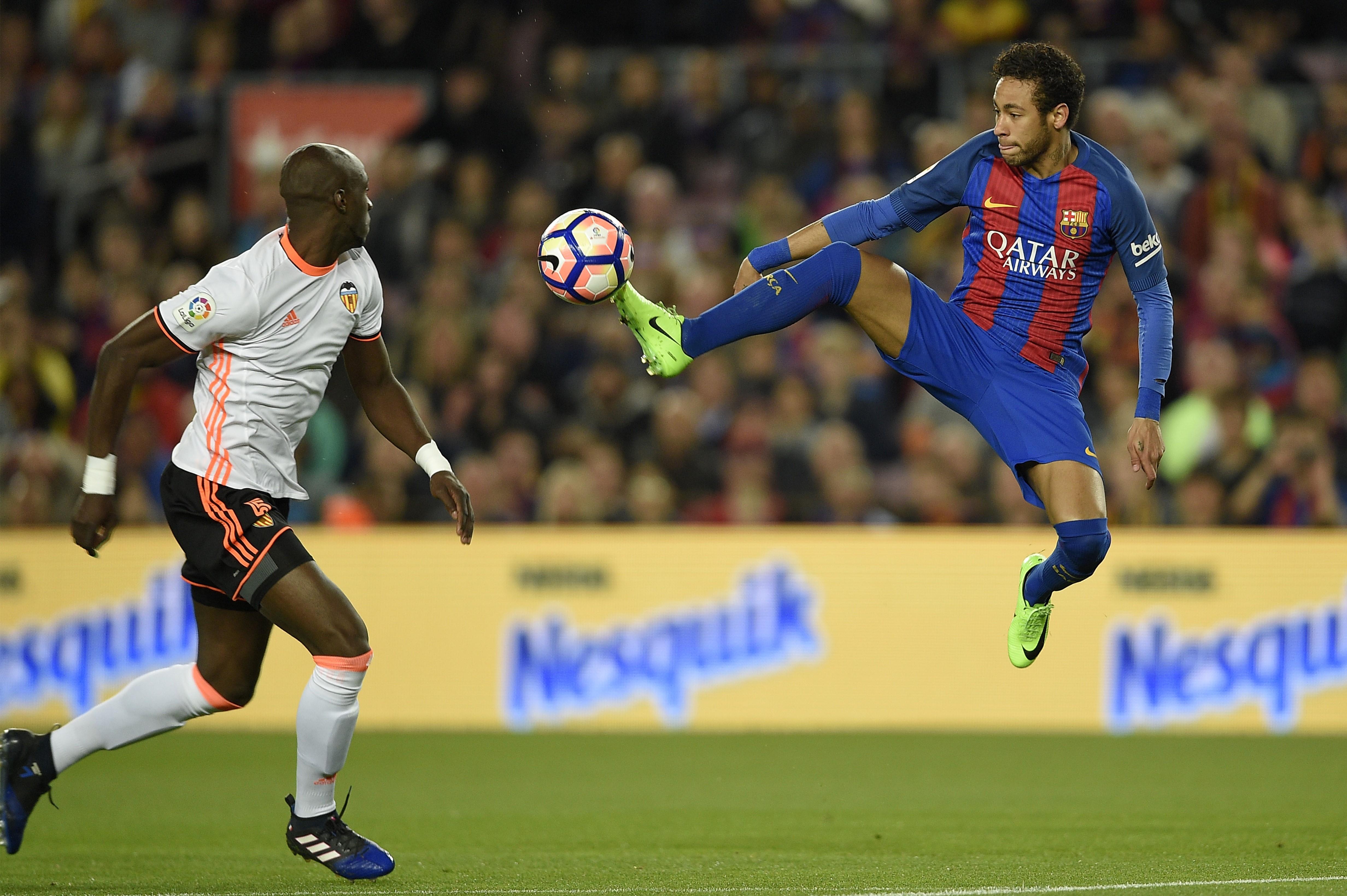 Neymar (à droite), l'attaquant du Barça, face à Eliaquim Mangala, le défenseur du FC Valence.