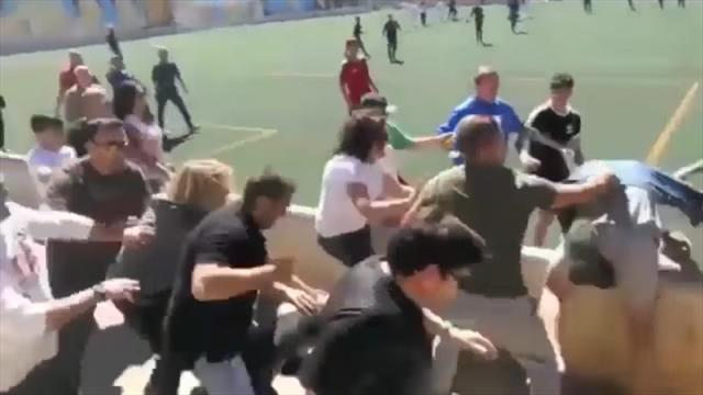 Родители подрались на матче детских команд в Мальорке и чуть не задавили маму с ребенком