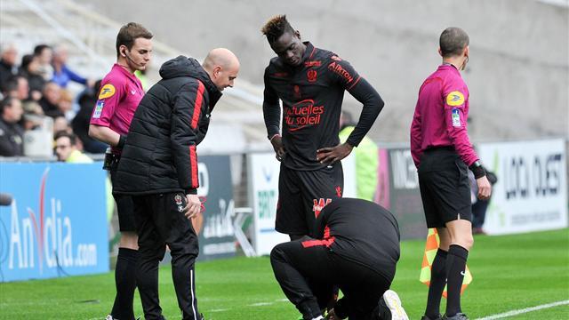 Балотелли потратил 2 минуты на борьбу со шнурками в матче с «Нантом»