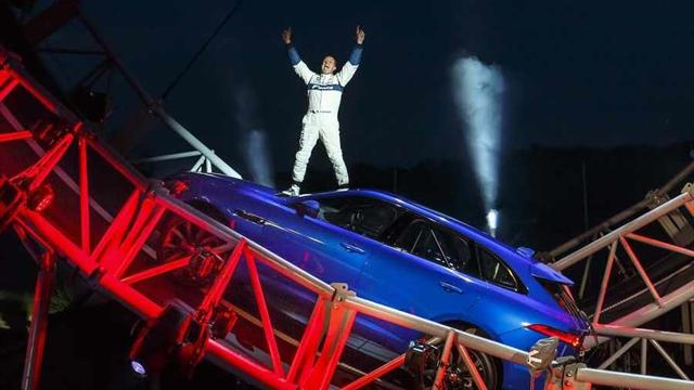 Англичанин Терри Грант наF-Pace установил мировой рекорд на«мертвой петле»