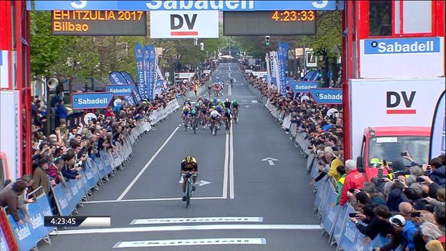 Последний километр 4-го этапа «Тура Страны Басков», где  некоторые не вписались в крутой поворот