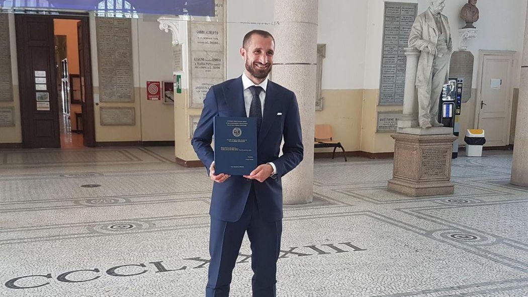 Защитник Ювентуса Джорджо Кьеллини получил степень магистра  Защитник Ювентуса Джорджо Кьеллини получил степень магистра Чемпионат Италии 2016 2017 Футбол eurosport
