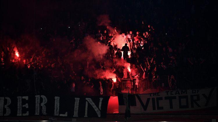Jets de fumigènes dans les tribunes du Parc OL lors de Lyon - Besiktas en Ligue Europa.