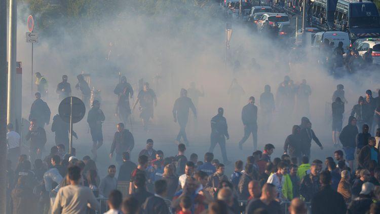 De la fumée aux alentours du Parc OL avant le match entre Lyon et le Besiktas en Ligue Europa.