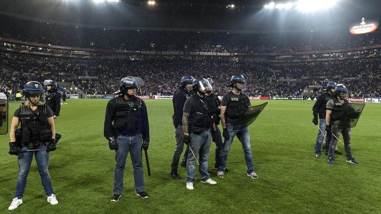 La police sur le terrain du Parc OL avant Lyon - Besiktas.