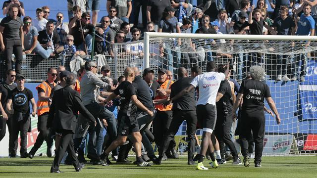 Матч «Бастия»— «Лион» отменен после 1-го тайма из-за атаки фанатов нафутболистов