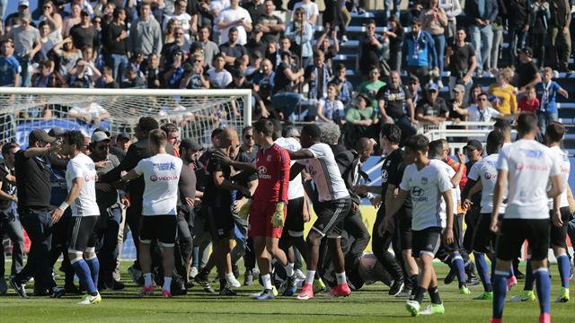 Locura en Francia: Hasta 50 aficionados invaden el campo y agreden a los jugadores del Lyon