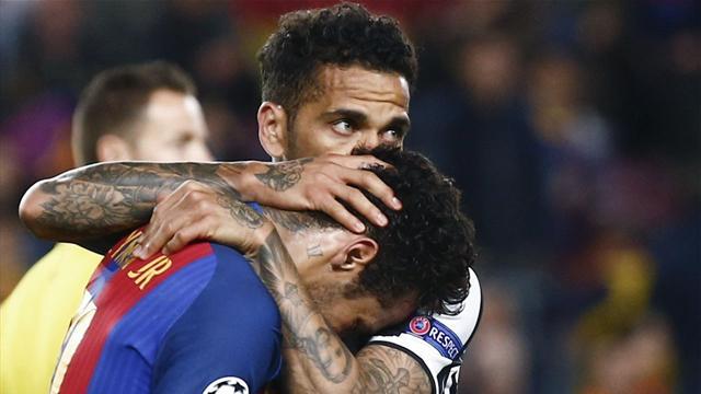 Neymar llora desconsolado y Alves trata de animarle tras el pitido final