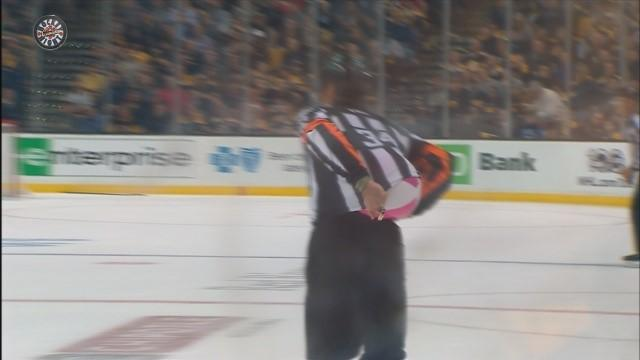 Арбитр матча «Бостон» – «Оттава» развлек толпу, засунув под свитер надувной мячик