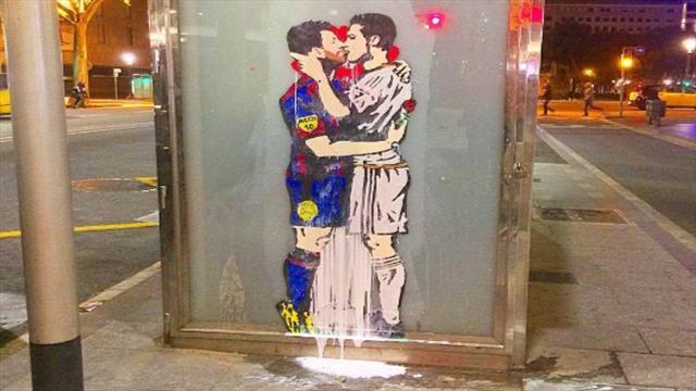 Художник нарисовал целующихся Месси и Роналду на улице Барселоны