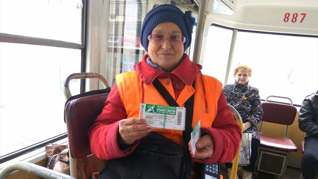 Кондукторы бесплатно раздают билеты на матч «Крылья Советов» – «Рубин» в клубном трамвае самарцев