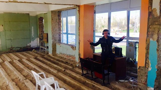Фото комментаторской будки из Украины, напоминающее кадр из постапокалиптического фильма