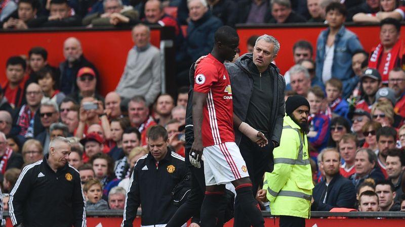 José Mourinho accompagne Eric Bailly, blessé dimanche lors de Manchester United - Swansea.