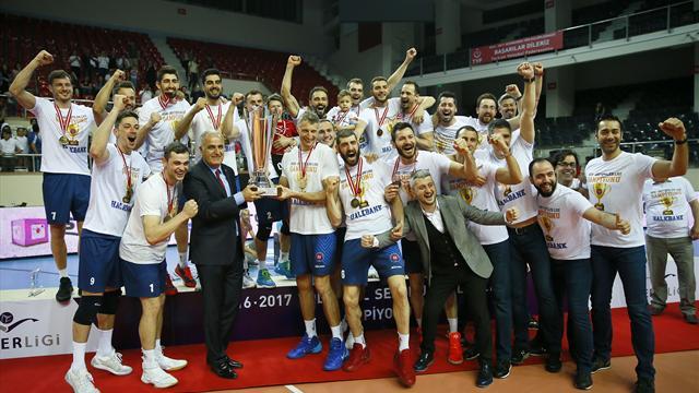 Halkbank, şampiyonluk kupasını aldı