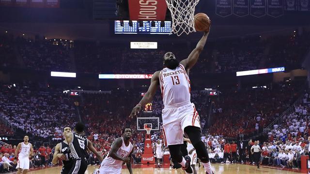 Cleveland se promène et San Antonio rechute — NBA
