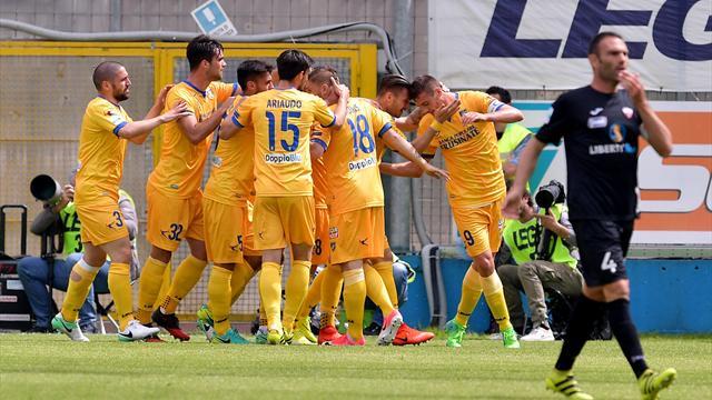 Verona e Frosinone vincono: Serie A più vicina, playoff più lontani