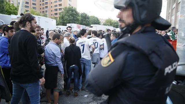 25 heridos en los disturbios y cargas policiales previas al derbi en el Vicente Calderón