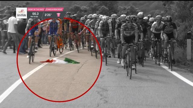 Участники «Джиро» культурно объезжали оказавшийся на асфальте итальянский флаг