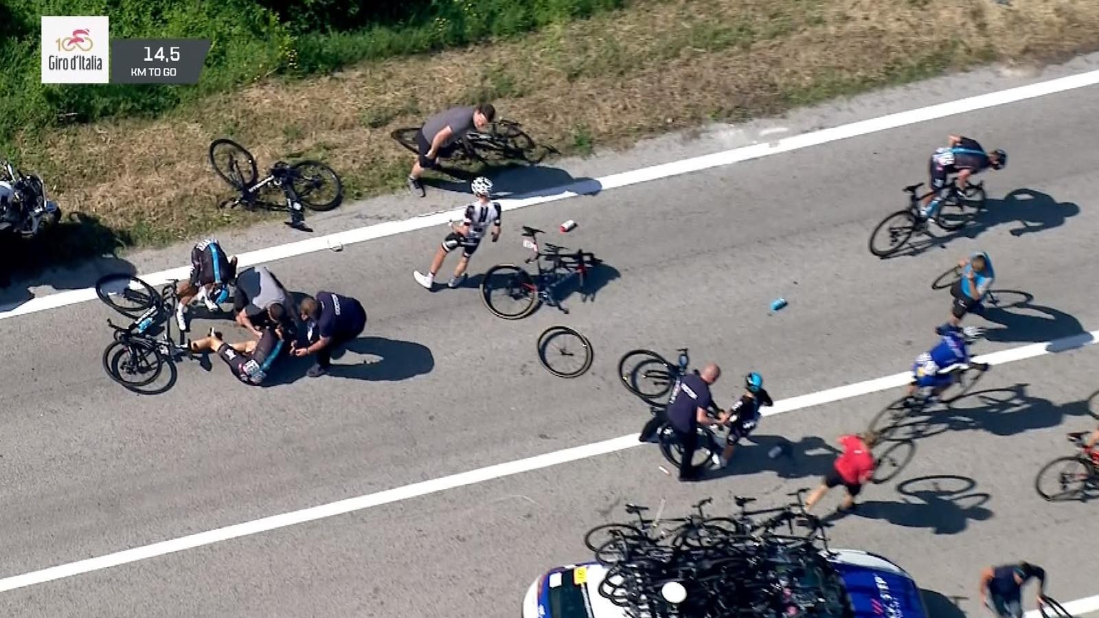 VIDEO - Huge crash with motorbike leaves Team Sky hopes in tatters - Giro d'Italia - Video Eurosport