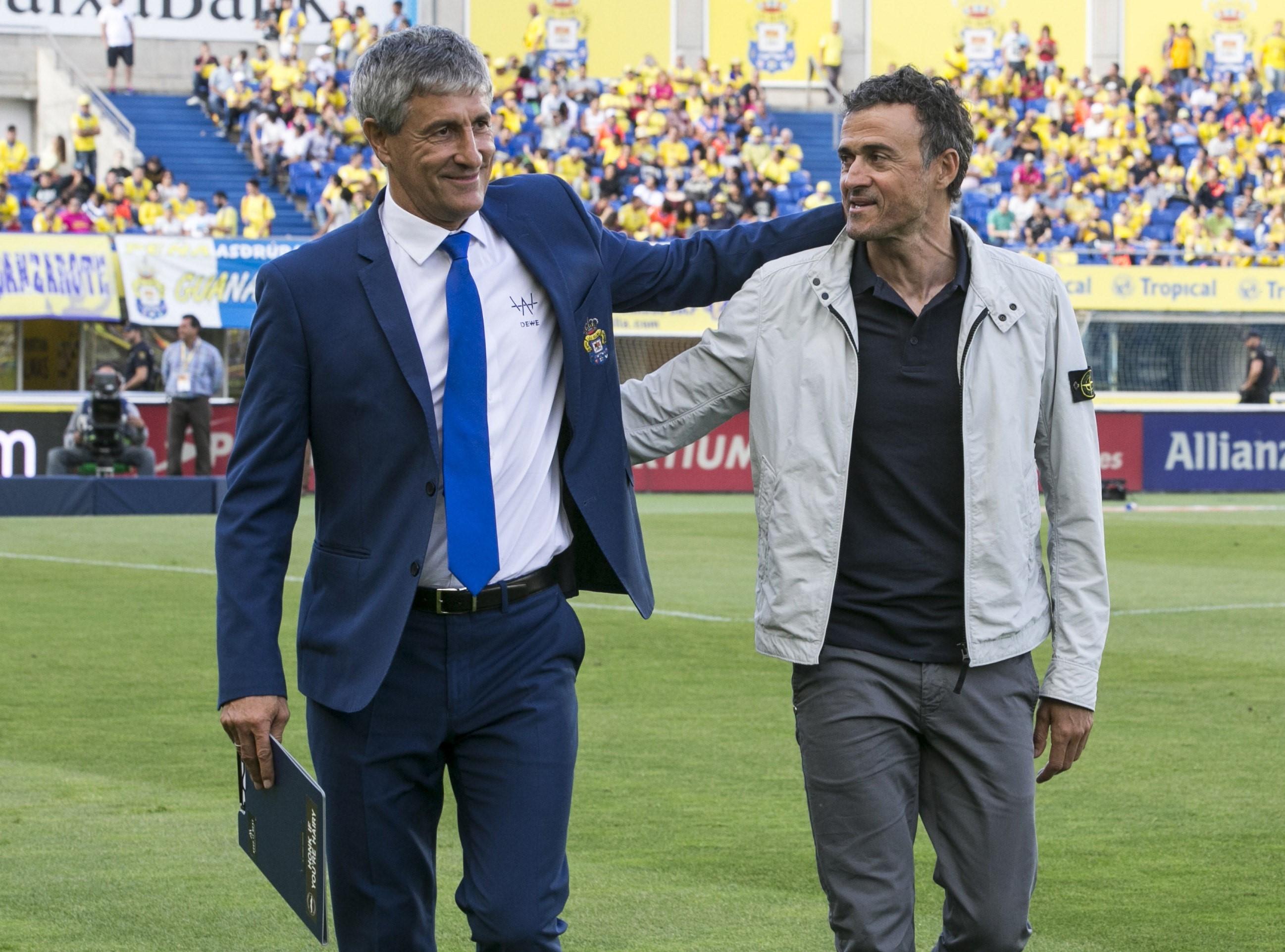 Quique Setién (Las Palmas) junto a Luis Enrique (Barcelona) abrazados tras el encuentro