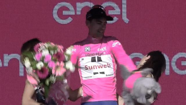 Dumoulin, plus maladroit sur le podium que sur un vélo