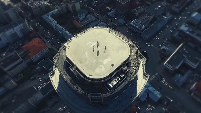 Космическое видео игры в квадрат на крыше небоскреба от бравого квартета «Урала»