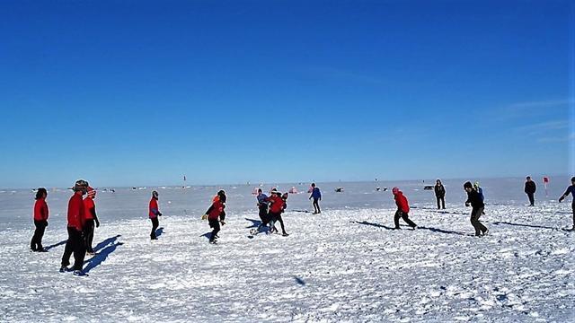 """Un campo di neve e un igloo da spogliatoio: l'altro """"Clasico"""" si gioca al Polo Sud"""