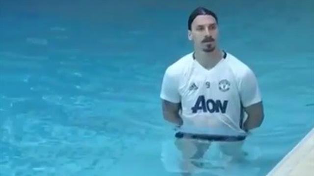 «Готов к финалу». Очень странное видео от Златана, который ходит по дну бассейна в футболке «МЮ»