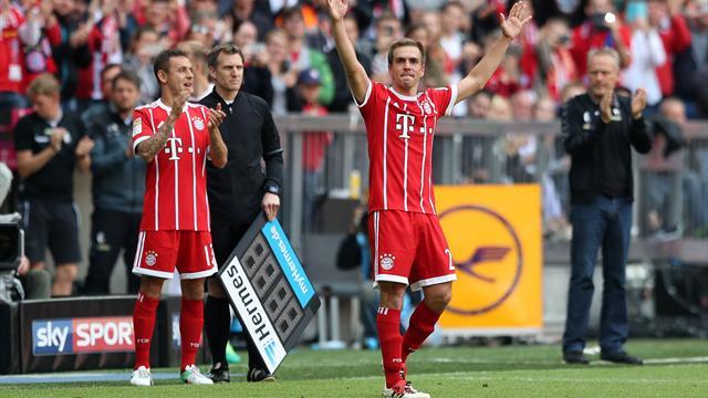 17.49 Uhr: Rauball überreicht Schale an Bayern-Kapitän Lahm