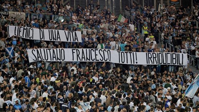 Même les tifosi de la Lazio ont tenu à rendre hommage à Totti