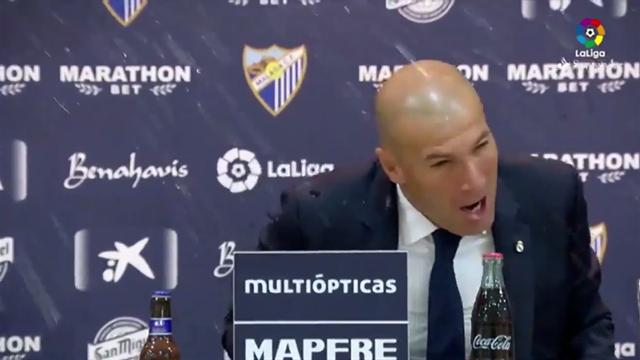 Zidane douché par ses joueurs en pleine conférence de presse