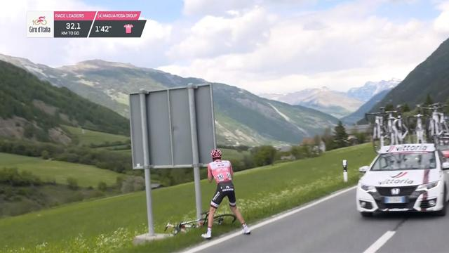 'What's happened here, bike change perhaps? Oh NO!' - When Dumoulin was caught short at the Giro