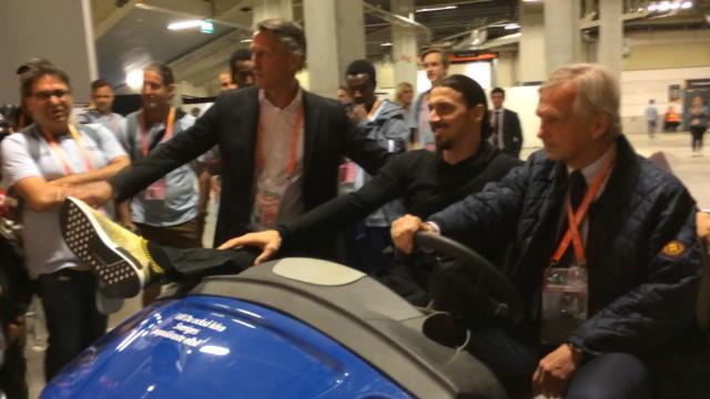En voiturette dans les coulisses : même blessé, Zlatan sait se faire remarquer