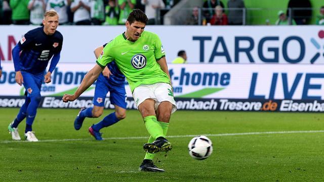Umstrittener Elfmeter beschert Wolfsburg Heimsieg in der Relegation