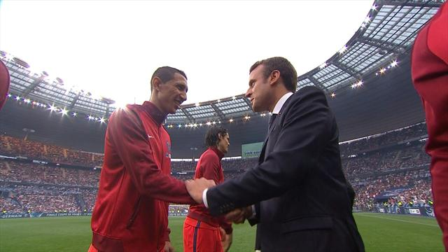 Macron a renoué avec la tradition : il est descendu se faire présenter les joueurs sur la pelouse