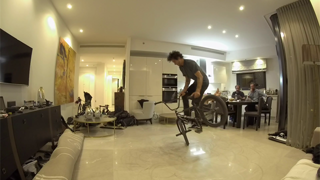 BMX flatland manifestazione in un appartamento a Tel Aviv