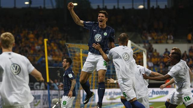 Счастливые игроки «Вольфсбурга» и Марио Гомес спели песню «Марио Гомес – сын путаны»