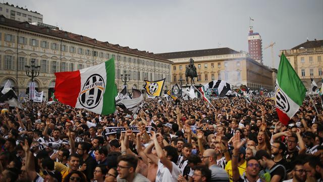 Тысячи тысяч фанов «Ювентуса» готовятся к празднику на центральной площади Турина